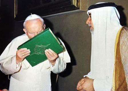 Antypapież Jan Paweł II całuje Koran